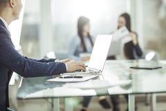 Directeurs financiers travaillant sur l'ordinateur portable avec des données financières sur le lieu de travail dans un bureau mo Photos stock
