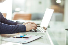 Directeurs financiers travaillant sur l'ordinateur portable avec des données financières sur le lieu de travail dans un bureau mo Photographie stock libre de droits