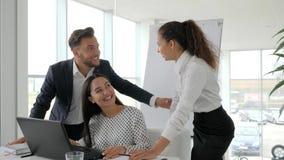 Directeurs heureux, jeunes réussis, équipe réussie d'affaires d'affaire dans le bureau moderne, employés émotifs banque de vidéos
