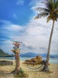 Direction colorée et attrayante de voyage en kilomètre et étapes à votre destination et hamac sous l'arbre de noix de coco photos libres de droits