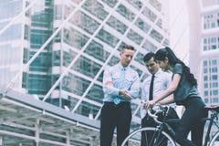 Direction d'homme d'affaires principale pour une femme de sport de bicyclette dans c images libres de droits