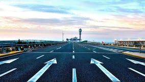Direction de flèche - aéroport de Shanghai Pudong, nuage et ciel bleu Images stock
