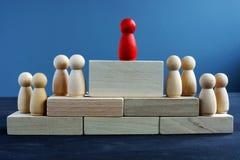 Direction et gestion Figures et blocs en bois photos stock
