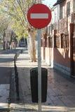 Direction interdite espagnole de poteau de signalisation photographie stock