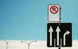 Direction & No Parking sign Royalty Free Stock Photography