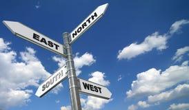 Directionnel signe plus de le ciel bleu Photo libre de droits
