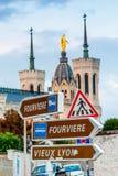 Directions Lyon, panneaux de Dame de Fourviere de notre de basilique de directions de Frances Photos libres de droits