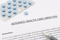 Directive anticipée de soins de santé avec le stylo bleu de gris d'american national standard de pilules photo libre de droits