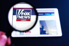 Directo visible del logotipo del canal de Fox News una lupa foto de archivo libre de regalías