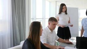 Director Advises y documentos del reloj con la secretaria en la reunión de negocios en la sala de reunión moderna almacen de video