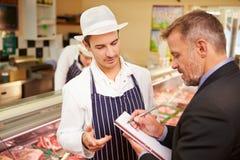 Director de banco Meeting With Owner de la carnicería Fotografía de archivo libre de regalías