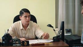 Director de cine en hablar enojado de la red de pelo con el visitante de la oficina sobre el guión almacen de metraje de vídeo