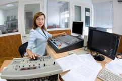 Director de la TV en el editor imagen de archivo