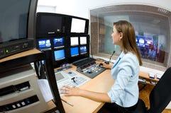 Director de la TV en el editor foto de archivo