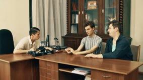 Director de película en el guión enojado de la lectura de la camisa blanca con los trabajadores de la oficina encima almacen de metraje de vídeo