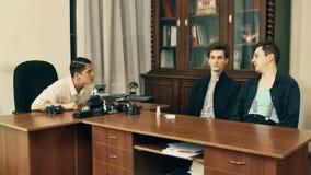 Director de película en hablar enojado de la red de pelo con los trabajadores de la oficina sobre el guión almacen de metraje de vídeo