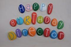 Director del feliz cumpleaños con las piedras coloreadas sobre la arena blanca imagen de archivo