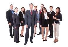 Director empresarial mayor que se coloca en frente de su equipo Imagen de archivo libre de regalías