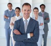 Director empresarial no escritório que conduz sua equipe