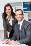 Director empresarial sonriente con su secretaria Imagen de archivo libre de regalías
