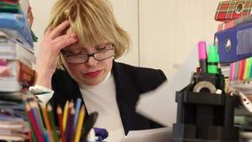 Director Financiero de la mujer con los papeles comerciales almacen de metraje de vídeo