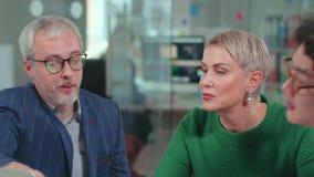 Director mayor y empresaria experimentada que dan consejo al trabajador millenial metrajes