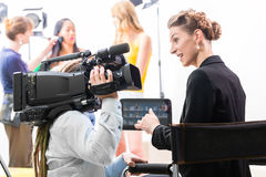 Director que da la dirección del cameraman para la producción video Foto de archivo