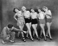 Director que trabaja con los bailarines de sexo femenino (todas las personas representadas no son vivas más largo y ningún estado Foto de archivo libre de regalías