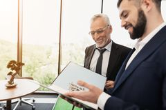 The director was playing golf in the office. The subordinate came to him with a report Royalty Free Stock Photos