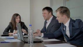 Director y encargados creativos en la mesa de negociación acordada con una idea astuta almacen de video