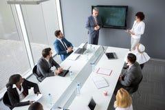 Director y reunión de negocios auxiliar femenina del control en compañía imagen de archivo libre de regalías