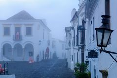 Direita街道大街在Monsaraz 库存图片