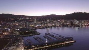Direito aéreo da bandeja, Wellington Harbor, Nova Zelândia na noite 4k video estoque