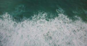 Direito do voo do zangão acima da onda de pressa selvagem gigante do mar que deixa de funcionar para baixo Seafoam verde incrível vídeos de arquivo