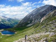 Direito máximo alpino do ` de Weißeck do ` Paisagem alpina com um lago da montanha imagem de stock