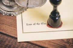 Direito marítimo, escalas do selo de justiça e de notário no de madeira imagem de stock royalty free