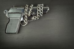 Direito para carregar os braços Controle de braços Detalhe na arma Lugar para seu texto Vendas das armas de fogo imagens de stock