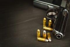 Direito para carregar os braços Controle de braços Detalhe na arma Lugar para seu texto Vendas das armas de fogo Imagem de Stock