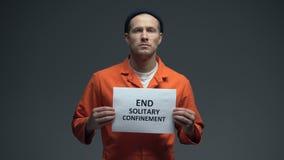 Direitos encarcerados sinal dos povos da reclusão solitária do fim da terra arrendada do prisioneiro masculino vídeos de arquivo