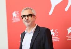 Direktören Alfonso Cuaron deltar i photocall för `-Roma ` royaltyfri fotografi