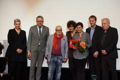 Direktören Vito Palmieri med blomman och pris fick ett pris på Internationalesen Filmfestival Mannheim-Heidelberg 2017 Arkivfoton