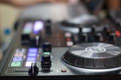 Direktübertragung und Mischer DJ für Musik stockfotos