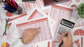 Direkt über der Ansicht des Geschäftsmannes Finanzierung bearbeitend und berechnend, liest und schreibt Berichte Finanzbuchhaltun stock video footage