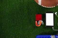 Direkt über Schuss des intelligenten Telefons durch amerikanischen Fußball stockbilder