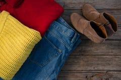 Direkt ovannämnt skott av varma kläder med jeans och skor Royaltyfri Bild