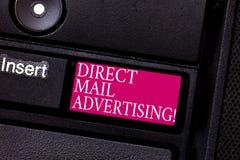 Direkt post för ordhandstiltext som annonserar Affärsidé för att leverera marknadsföringsmaterial till klienten av post- post arkivbild