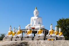Direkt vit Buddha med bakgrund för blå himmel Royaltyfri Foto