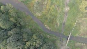 Direkt von oben, die Landschaft mit den Flussansätze und Drehungen stock video footage