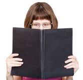 Direkte Ansicht des Mädchens liest das große lokalisierte Buch Stockbilder