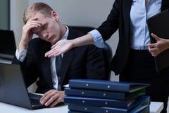 Direktor, der Angestellten kritisiert Stockfoto